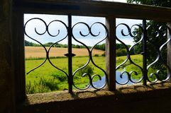 Ansicht der kentischen Landschaft durch alte Brücke Lizenzfreies Stockfoto