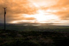 Ansicht der Kerry-Küste mit Fernschreibermasten lizenzfreie stockfotos