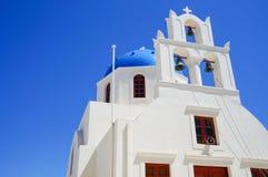 Ansicht an der Kirche bei Santorini, griechische ägäische Inseln Lizenzfreies Stockfoto