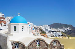 Ansicht an der Kirche bei Santorini, griechische ägäische Inseln Lizenzfreie Stockbilder