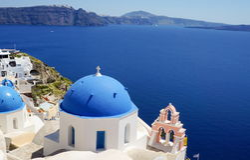 Ansicht an der Kirche bei Santorini, griechische ägäische Inseln Lizenzfreies Stockbild