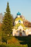 Ansicht der Kirche der Ikone von der Mutter des Gottes Tikhvin Kloster Tikhvin Uspensky, Russland Lizenzfreie Stockbilder