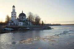 Ansicht der Kirche des heiligen Prinzen Alexander Nevsky am Abend von April Ust-Izhora, St Petersburg Lizenzfreie Stockfotos