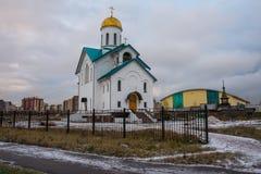 Ansicht der Kirche des heiligen St.-Seraphs von Vyritsa St Petersburg, Russland Schönes Bild des Winters landscape stockfotos