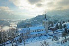 Ansicht der Kirche und der Kirchhof nahe Gruyere ziehen sich zurück Stockfotografie