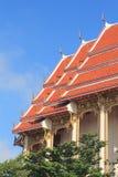 Klare Farbe des Tempeldachs gegen den blauen Himmel Stockfoto
