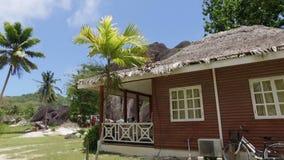 Ansicht der kleinen Hütte auf exotischer Insel, La Digue, Seychellen stock footage