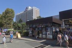 Ansicht der kleinen Shops im beliebten Erholungsort von Adler und von Gebäudehotel ` Corall-`, Sochi Stockfoto