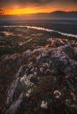 Ansicht der kleinen Stadt mit Fluss vom Hügel bei Sonnenuntergang Lizenzfreies Stockbild