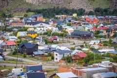 Ansicht der Kleinstadt gegen den Hintergrund der felsigen Berge Shevelev Stockfoto