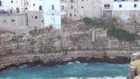 Ansicht der Klippe und der Stadt von Polignano eine Stute, Italien stock footage
