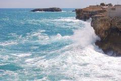 Ansicht der Klippe von Polignano eine Stute mit rauem Meer Stockbilder