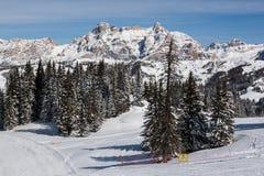 Ansicht der Klippen Alpe di Fanes im Winter, mit den Spitzen Conturines und Piz Lavarella, Alta Badia, italienische Dolomit Stockfotografie