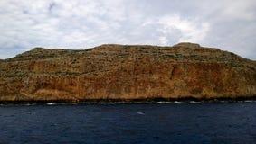 Ansicht der Klippen vom Schiff, das zur Insel von Gramvousa und zur Bucht von Balos segelt Lizenzfreie Stockbilder