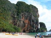 Ansicht der Klippenseite und und des Türkiswassers in Railay-Strand in Krabi, Thailand Stockbild
