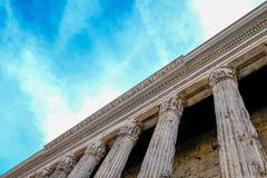 Ansicht der Kolonnade des Pantheons gegen den blauen Himmel Ruinen von altem Rom lizenzfreies stockfoto