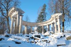 Ansicht der Kolonnade von Apollo im Pavlovsk-Palastpark an einem sonnigen Februar-Tag St Petersburg Lizenzfreie Stockbilder