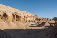 Ansicht der Kordilleren de la Sal, weißes Salz, das von den Felsen, salzige Berge in der Atacama-Wüste, Anden - Chile auftaucht Stockbilder