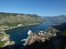 Ansicht der Kotor-` s Bucht und der alten Stadt von einer Spitze, Montenegro stockfotografie