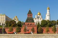 Ansicht der der Kreml-Wand mit geheimem oder Tainitskaya-Turm, Moskau, Russland lizenzfreies stockfoto