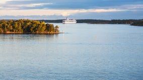 Ansicht der Kreuzfahrtschiff- und Seeküstenlinie im Sonnenuntergang stockbild