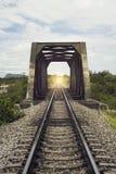 Ansicht der Länge der Bahn- und alten Stahlbrücke, gefiltertes Bild, Lichteffekt, beleuchten dort am Ende des Tunnels, s Lizenzfreie Stockbilder