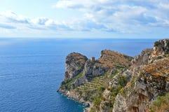 Ansicht der Landschaft auf der Amalfi-Küste, zwischen Meer und Bergen lizenzfreies stockfoto