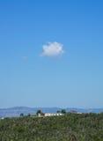 Ansicht der Landschaft mit Bergen und blauem Himmel des freien Raumes Lizenzfreie Stockbilder