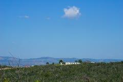 Ansicht der Landschaft mit Bergen und blauem Himmel des freien Raumes Lizenzfreies Stockbild