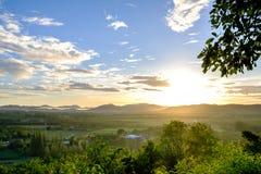 Ansicht der Landschaft am Sonnenscheintag, am blauen Himmel und an den weißen Wolken Stockfoto