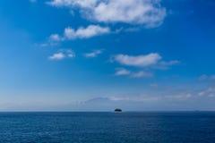 Ansicht der langen Strecke von kleiner Insel in der breiten Ausdehnung des schönen karibischen Meeres Stockbild