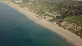 Ansicht der leeren außerhalb der Saison Strandküstenlinie mit Park infarastructure lizenzfreies stockbild