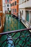 Ansicht der leeren hölzernen Gondel koppelte geparkt festgemacht neben Gebäuden auf schmalem Wasserkanal von der Brücke in Venedi stockbilder
