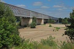 Ansicht der Loires und der Eisenbahnbrücke nahe langeais, Frankreich Stockbilder