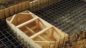 Ansicht der Metallarmatur der Karkasse und der hölzernen Verschalung für das Konstruieren von Strukturen eines Stahlbetons stock video footage