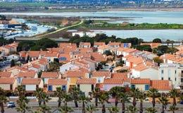 Ansicht der mit einem Gatter versehenen Gemeinschaft auf dem Ufer des Meeres Stockbild