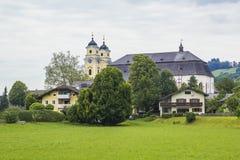 Ansicht der Mitte von Mondsee-Kirche von St Michael Stockfotografie