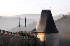 Ansicht der mittelalterlichen Schlossdach Finialsberge und der Hügel der Tschechischen Republik Prag Lizenzfreie Stockfotografie