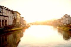 Ansicht der mittelalterlichen Steinbrücke Ponte Santa Trinita und Arno Rive Lizenzfreies Stockbild