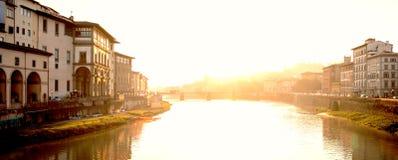 Ansicht der mittelalterlichen Steinbrücke Ponte Santa Trinita und Arno Rive Lizenzfreie Stockbilder