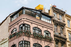 Ansicht der modernen Stadtgebäudefassade mit Blumenbalkonen lizenzfreie stockfotos