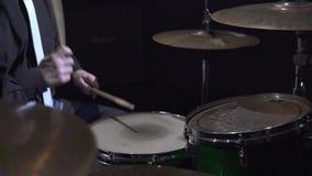 Ansicht der modernen Trommelausrüstung im Studio stock footage