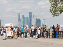 Ansicht der Moskau-Stadt und vieler Touristen, Moskau Stockbild