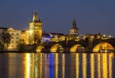 Ansicht der Nacht Charles Bridges im Frühjahr, Prag, Tschechische Republik Lizenzfreies Stockbild