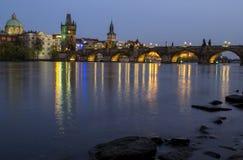 Ansicht der Nacht Charles Bridges im Frühjahr, Prag, Tschechische Republik Stockfotografie