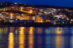 Ansicht der Nachtstadt Rethymno, des Meeres und der Reflexion der Lichter im Wasser, Kreta, Griechenland Lizenzfreies Stockfoto