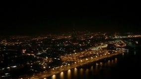 Ansicht der Nachtstadt von der Fläche stock footage