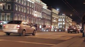 Ansicht der Nachtstraße in der Stadt mit Straße, Autos Struktur in einer blauen Tonalität Crosswalking Leute stock video