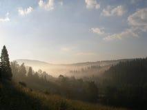 Ansicht der nebelhaften Nebelberge Stockfoto