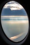 Ansicht der nebeligen Überwendlingsnaht bewölkt Sonnenlicht-Strahln-Strahlen durch Airpla Stockbilder